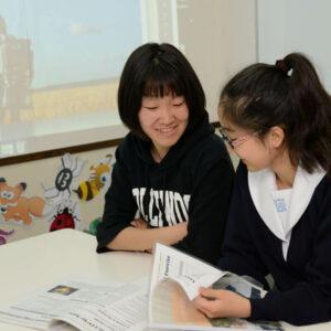 英語で会話する高校生